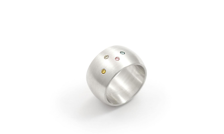 breiter massiver Silberring mit kleinen eingefassten farbigen Brillanten farbige