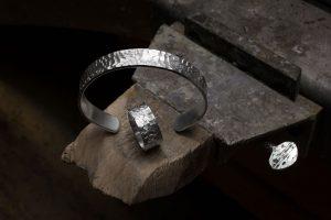 Armreif und Ring mit gehämmerter Sturktur