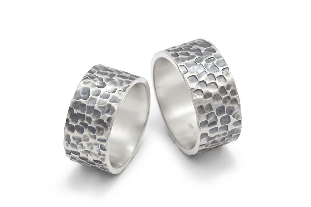 Partnerringe aus Silber mit gehämmerter Struktur PAT