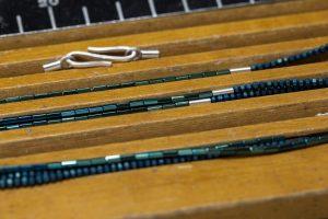 blaugrüne Hämatin-Kette wird aufgefädelt