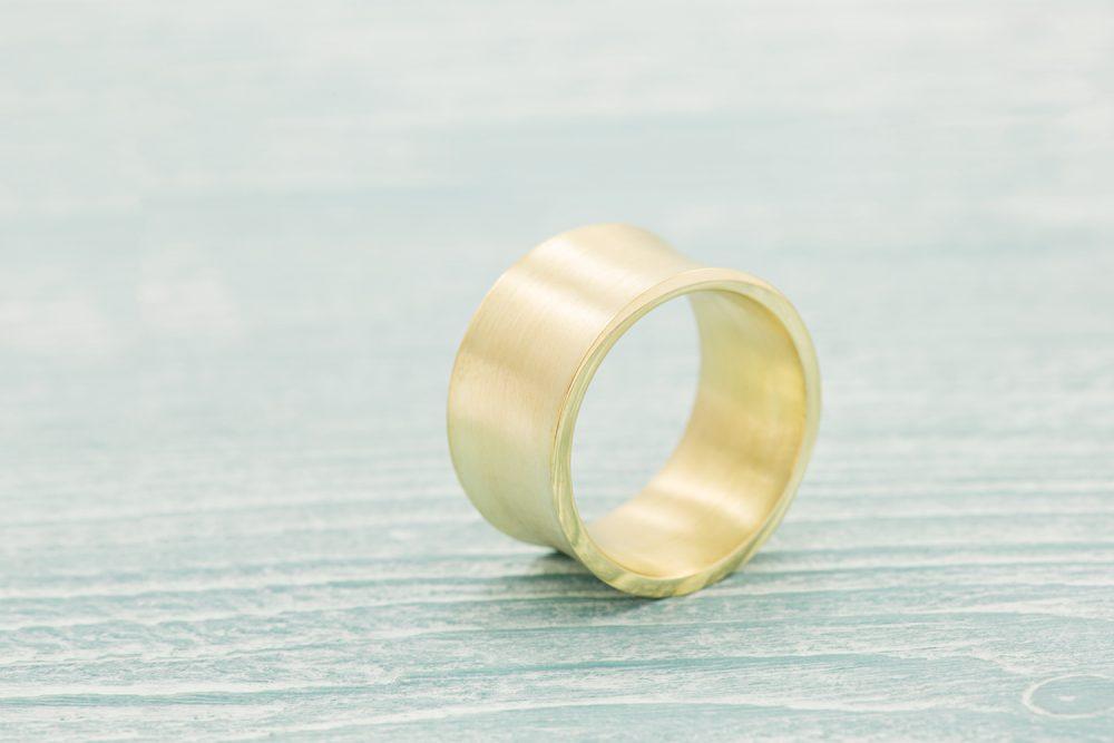 breiter mattierter Ring mit Hohlkehl aus Gelbgold