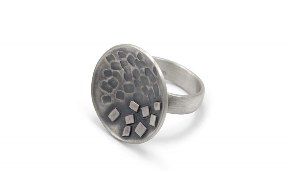 Ring MAEVA geschwärztes Silber mit Struktur