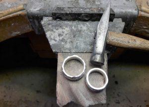 Silberringe bei der Anfertigung auf dem Werkbrett