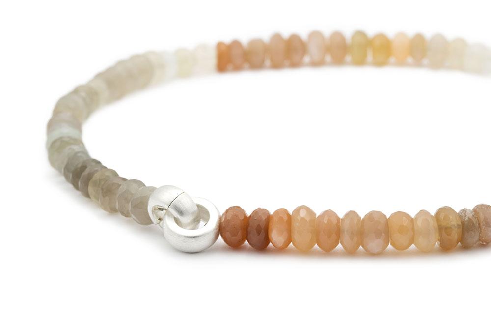 Mondsteinkette im Farbverlauf von grau bis apricot mit silberner Klappschliesse