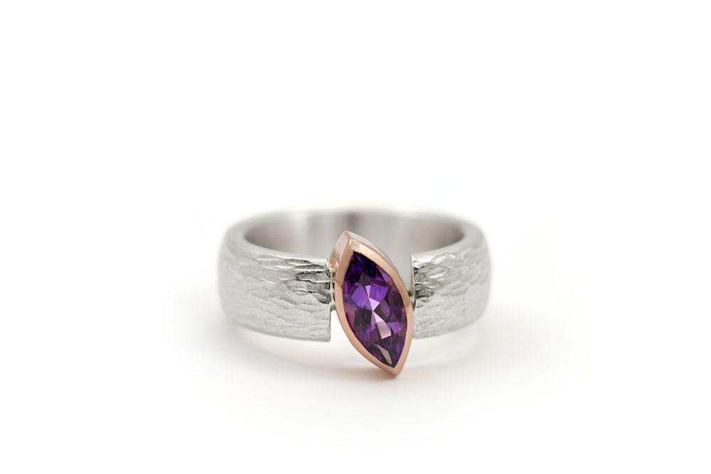 Ring Silber mit Struktur und Amethyst-Navette in Roségoldfassung