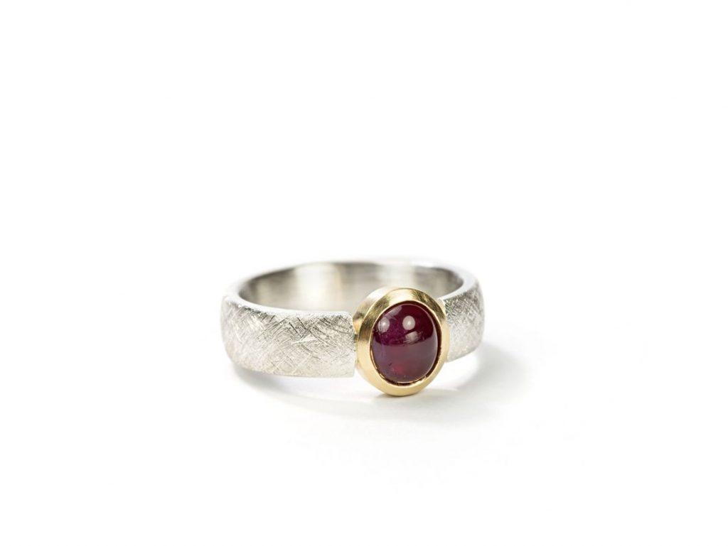 schmaler Ring Silber mit Rubincabochon in Gold gefasst