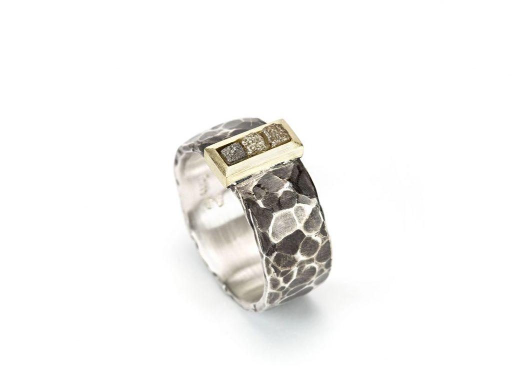 geschwärzter Silberring gehämmert mit Rohdiamanten in Gold gefasst