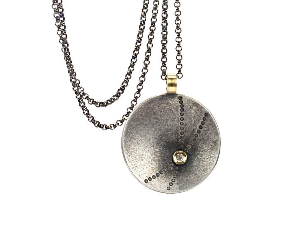 runder Anhänger mit Kette, flache Schale mit Punktprägung, Goldbelötung mit Diamant, Goldöse, hängend