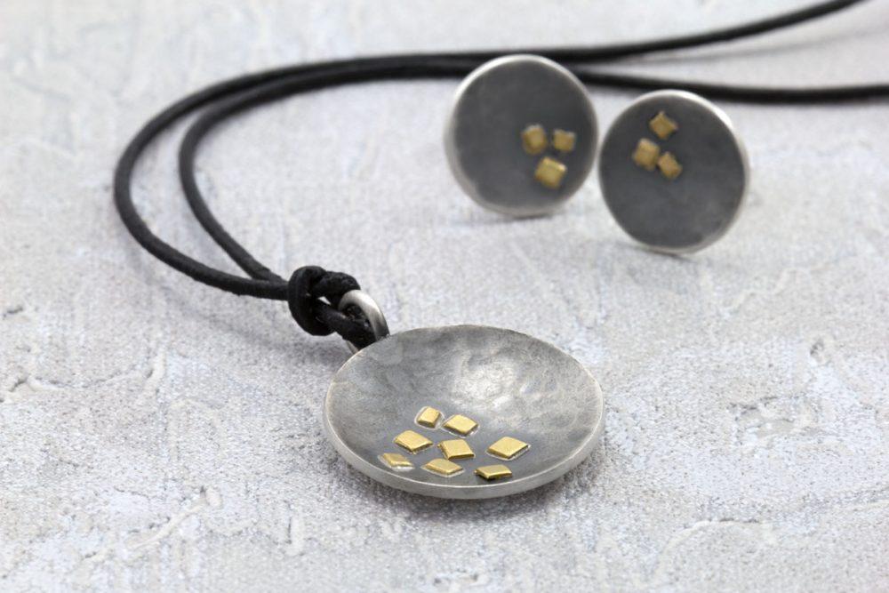 Anhänger und Ohrstecker MAEVA geschwärztes Silber und Gold mit Struktur