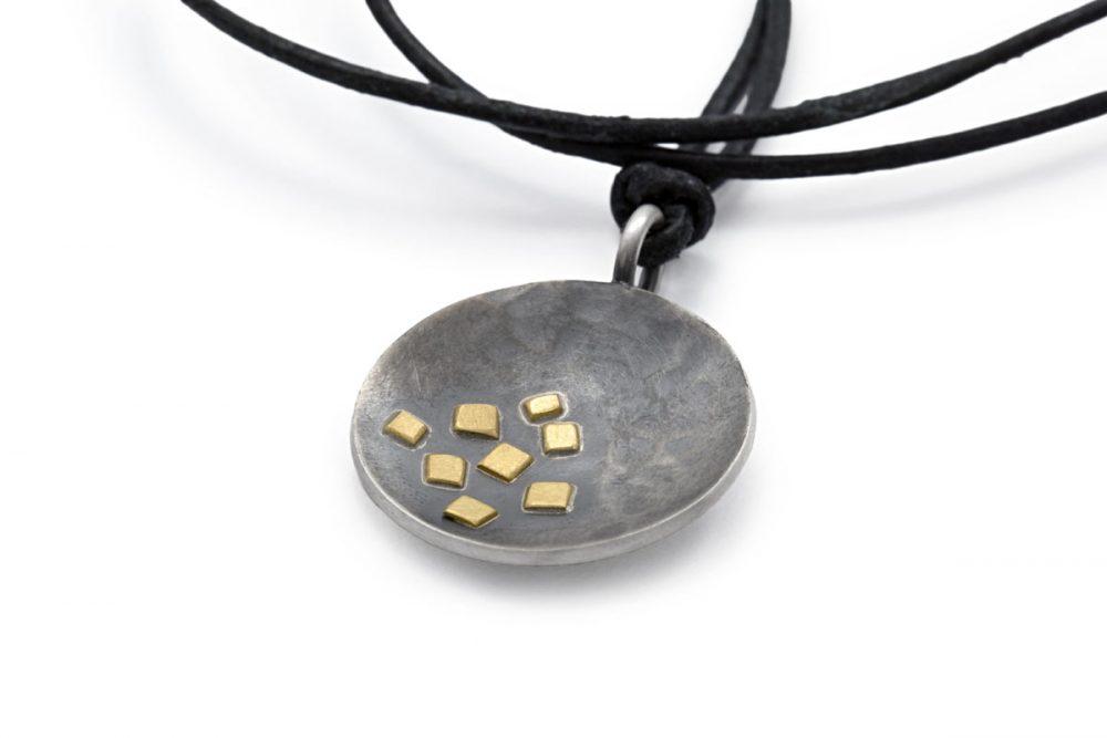 runder Anhänger MAEVA geschwärztes Silber mit Gold