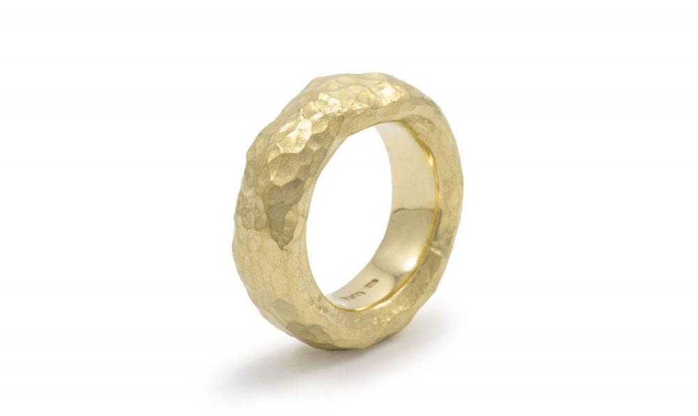 geschmiedeter Ring aus Gold mit gehämmerter Struktur