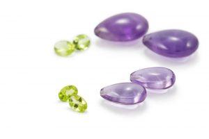 Edelsteine Amethysttropfen und ovale Peridotsteine