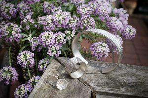 Schmuckserie MADO aus Silber, Armreif, RIng und Ohrstecker