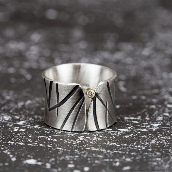 breiter Silberring mit Muster Diamand in Goldfassung