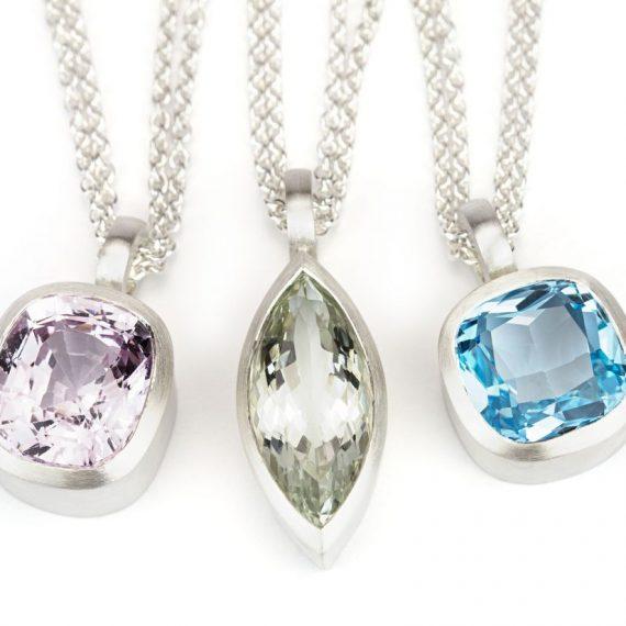 drei Silberanhänger mit Edelsteinen