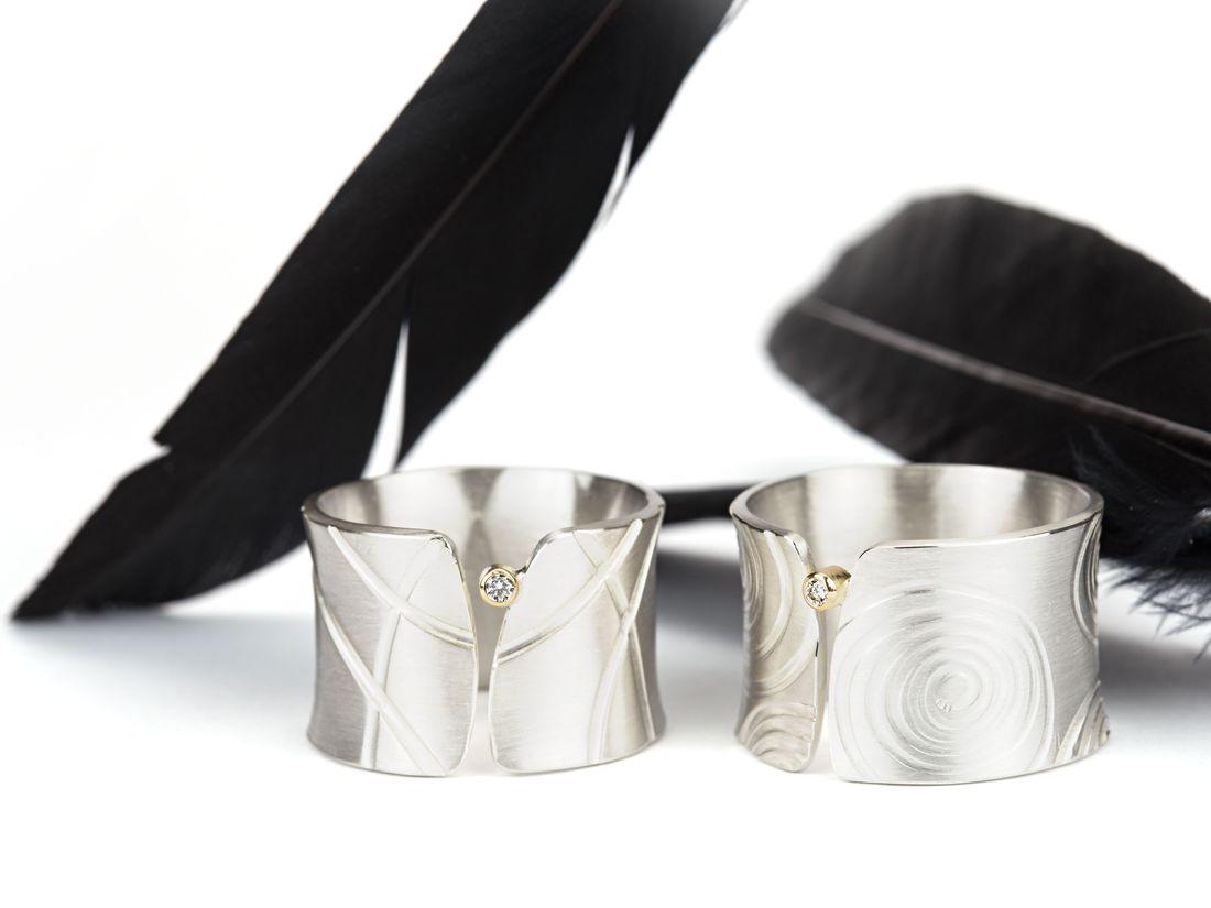 breite Silberringe Hohlkehle geprägte Textur mit kleinem Diamant in Gold gefasst